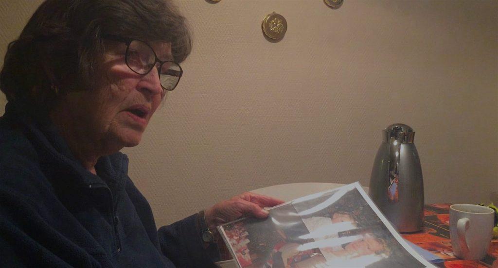 Anita Richt bläddrar i ett fotoalbum och visar en bild Andjelo med sin förste son.