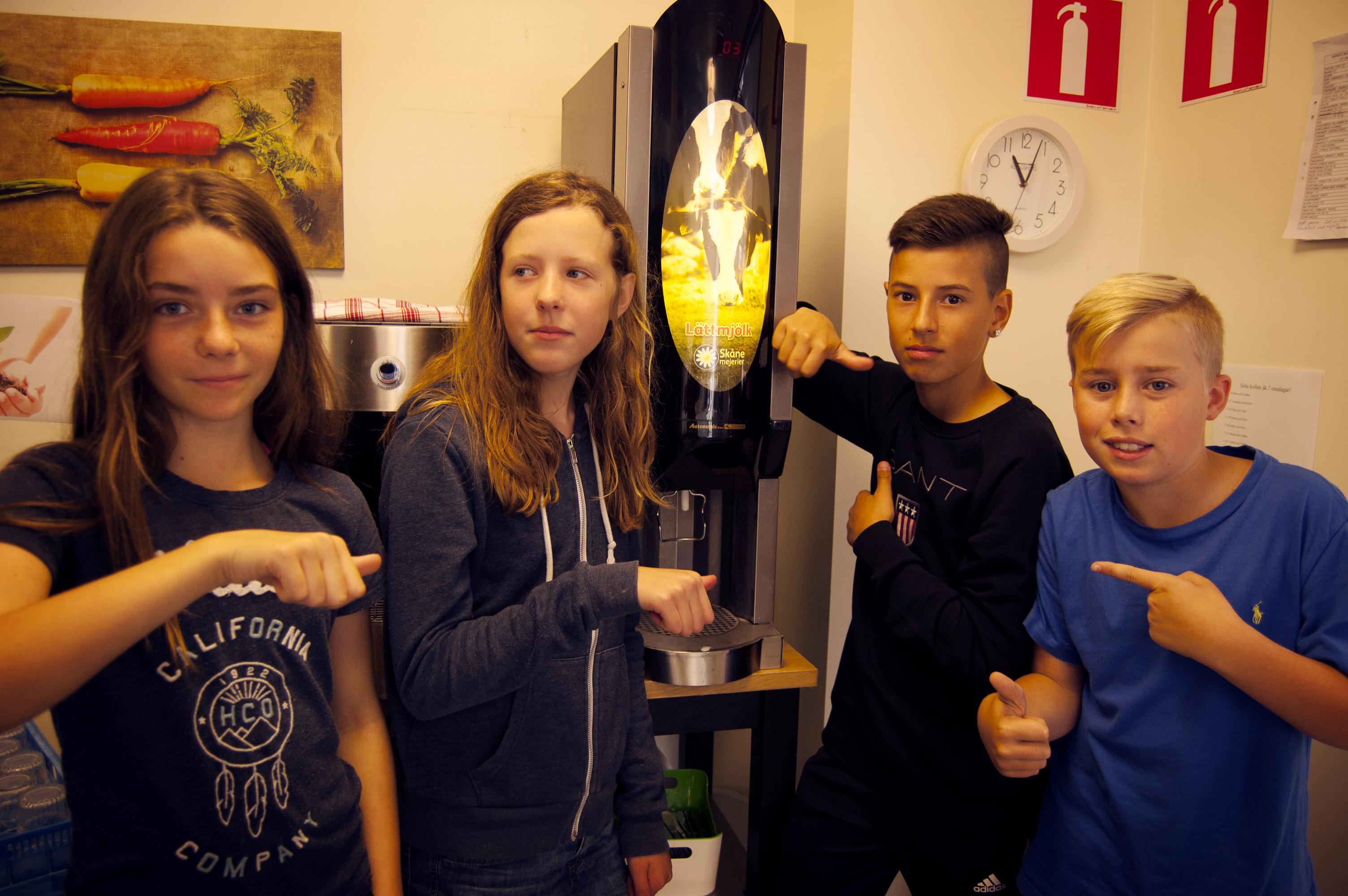 Tindra Billberg, Minna Glaser, Alex Krist och Caspian Andersson på Alléskolan skulle gärna se att man bytte till mellanmjölk i matsalen.