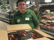Kristoffer Andersson på Coop tillsammans med vakuumförpackad amerikansk hummer.