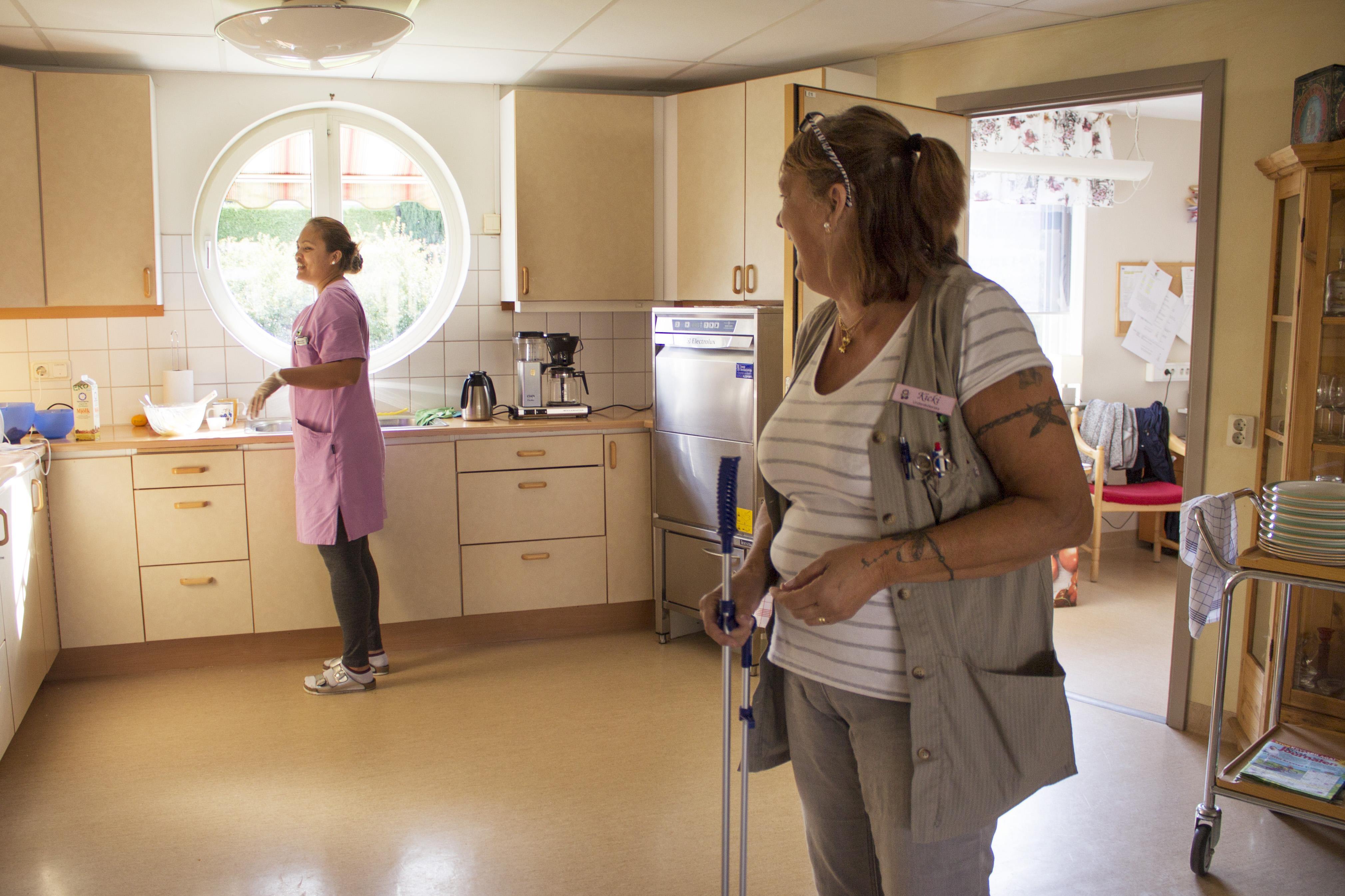 Undersköterskorna Janice Caraeus och Kicki Hiltén på Flintebros äldreboende är i full gång med bak och städning.