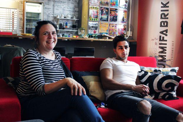 Anna Wagner och Mohammed Haydar i en av Gummifabrikens många soffor