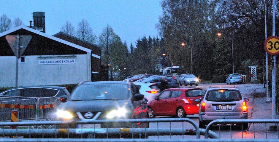 Trafikkaos är vardag på morgnarna vid Hallenborgskolan