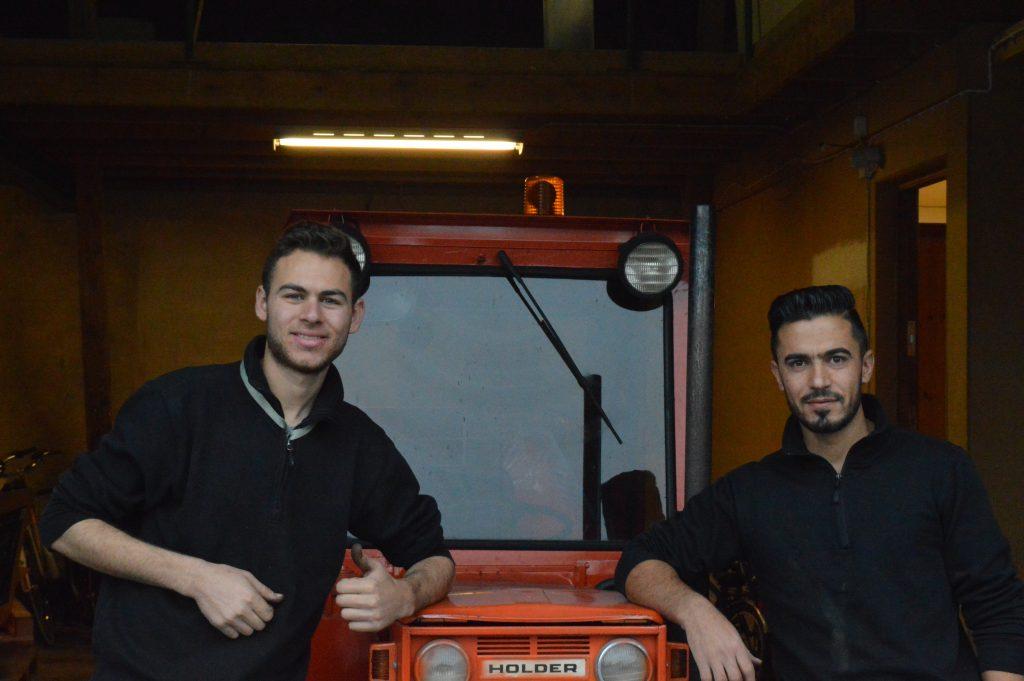 Adnan Jarbooa och Hussein Al Said som jobbar på cykelbiblioteket är nöjda med traktorn som är det nyaste tillskottet till verksamheten.