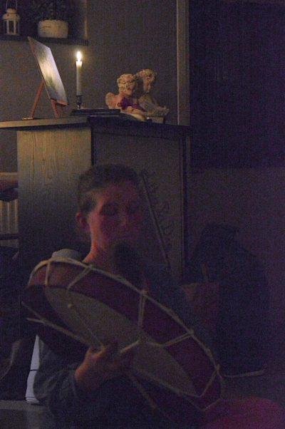 Jenny Kleiner håller i kvällens meditation genom rytmiska slag på trumman.