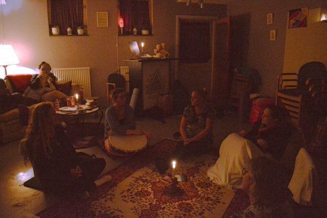 Deltagarna hade diskussioner om vad meditation är till för och om personliga upplevelser efteråt. – Meditation är en övning i att lära sig att vara här och nu, säger Christel Wallesjö.