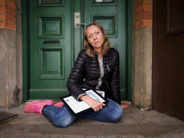 Helena Kolhägers diplom är ett kvitto på att hon tycker att det är viktigt att hjälpa till.