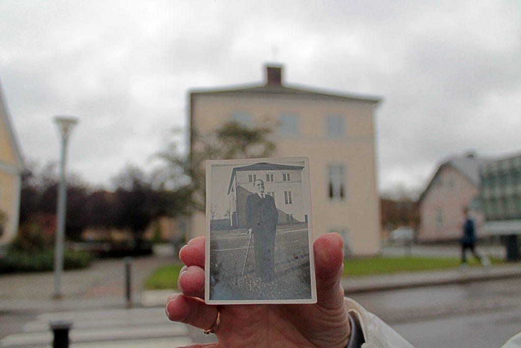 Nils Buhre utanför nybyggda Höga Skolan, bilden är tagen 1938.