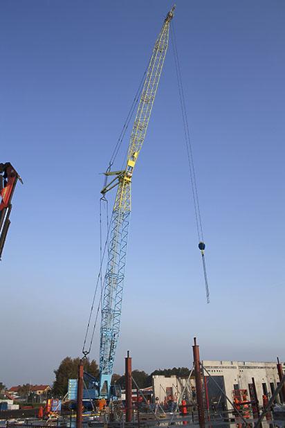 Den 60 meter höga kranen och dess kranförare förväntas behövas på plats till mars. Kranen är tillverkad i Österrike.