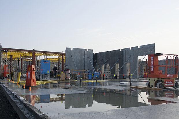 Det är runt 30 personer som arbetar på byggarbetsplatsen. Hela skolan kommer att vara gjuten för att ge hållbarhet och kvalité. Golvplattan är 3000 kvadratmeter stor.