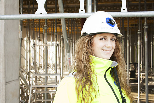 Jane Bergman är VD på Skurups Kommunala AB. Hon hoppas på en mild vinter så att leveranser kommer fram i tid och bygget flyter på bra. Här står Jane Bergman framför det som kommer att vara studieområde på skolan.