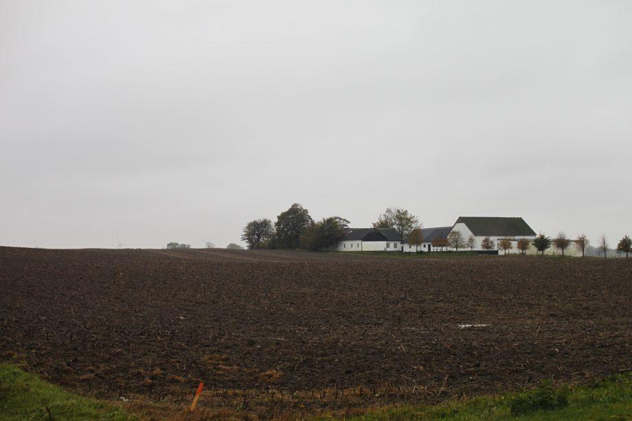 """""""Vi har en bra dialog med kommunen, de har varit hänsynsfulla kring våra intressen."""" säger Jan-Owe Modéer som bor på gården. I nuläget planerar han och hustrun Ann Modéer att bo kvar."""