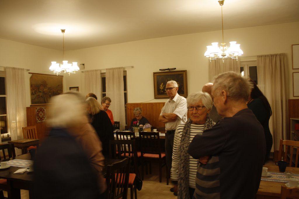 Selma Lagerlöf-gruppen minglar innan föredraget börjar.