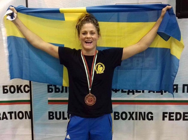 Sara Svensson med bronsmedalj runt halsen efter fredagens match.