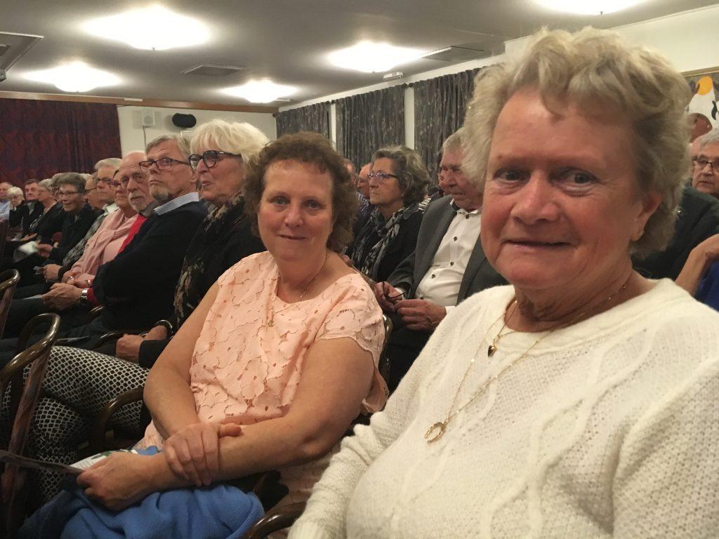 I publiken sitter Solveig Bengtsson (höger) tillsammans med dottern Christina Mårtensson (vänster). Det är inte första gången de är på Rydsgårdshus.