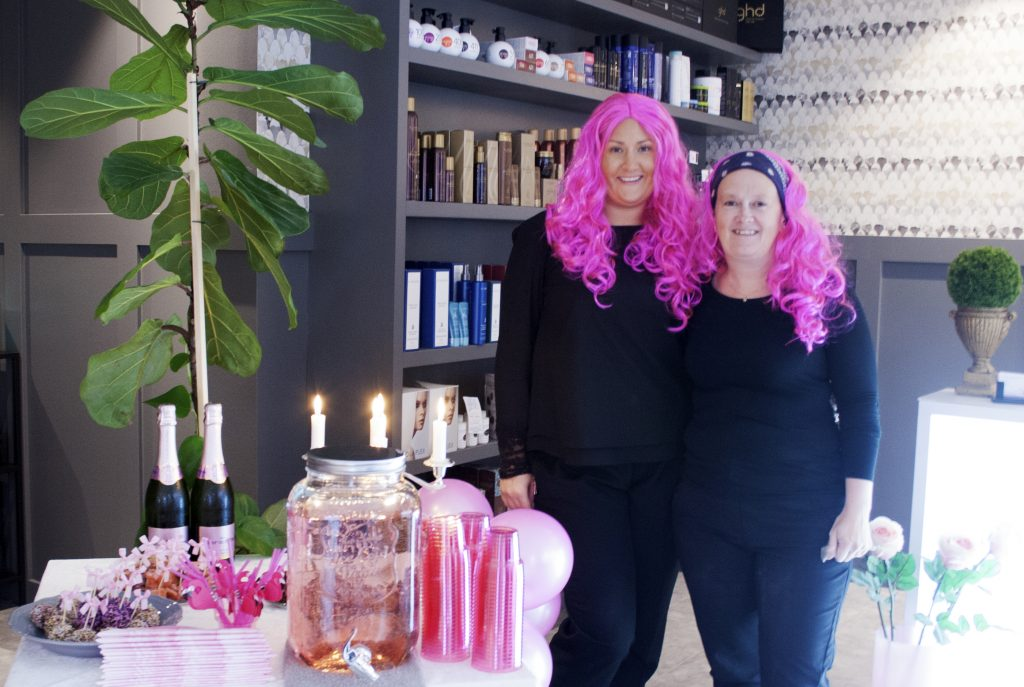 Pauline Göransson & Maria Grönqvist har idag rosa hår på salongen.