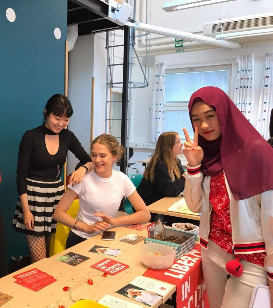 Förberedelser inför Korean Culture Night. Från vänster syns Tilde Höst, Tove Strömberg, Felicia Strandberg och Sana Aldinor. Fotat av Louise Pham.