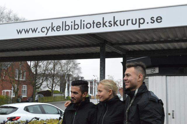 På invigningsdagen fick cykelbibliotekets deltagare posera för media.