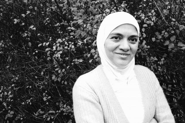 Fatena Kordi fick istället för att gå i skolan börja sy tillsammans med sin mamma och sin mormor. Idag när hon fått tillgång till ett teckenspråk vill hon utbilda sig och arbeta som förskolelärare.