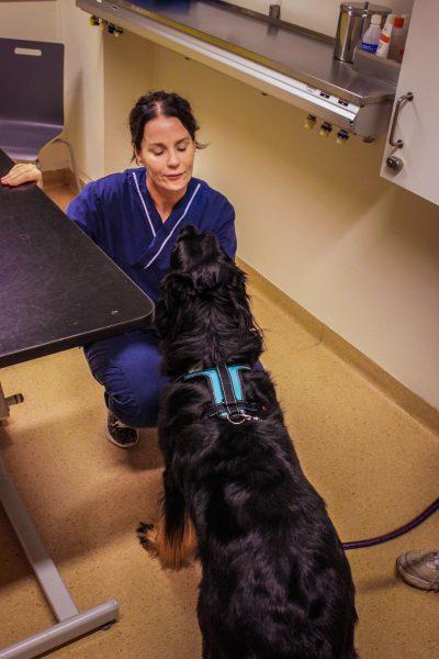 Monika Lüning stannar gärna till för att mingla med morgonens första patienter.