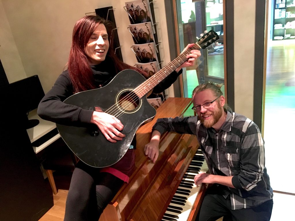 Alice Petersen och Kristian Ahlberg utövar själva musik på fritiden.