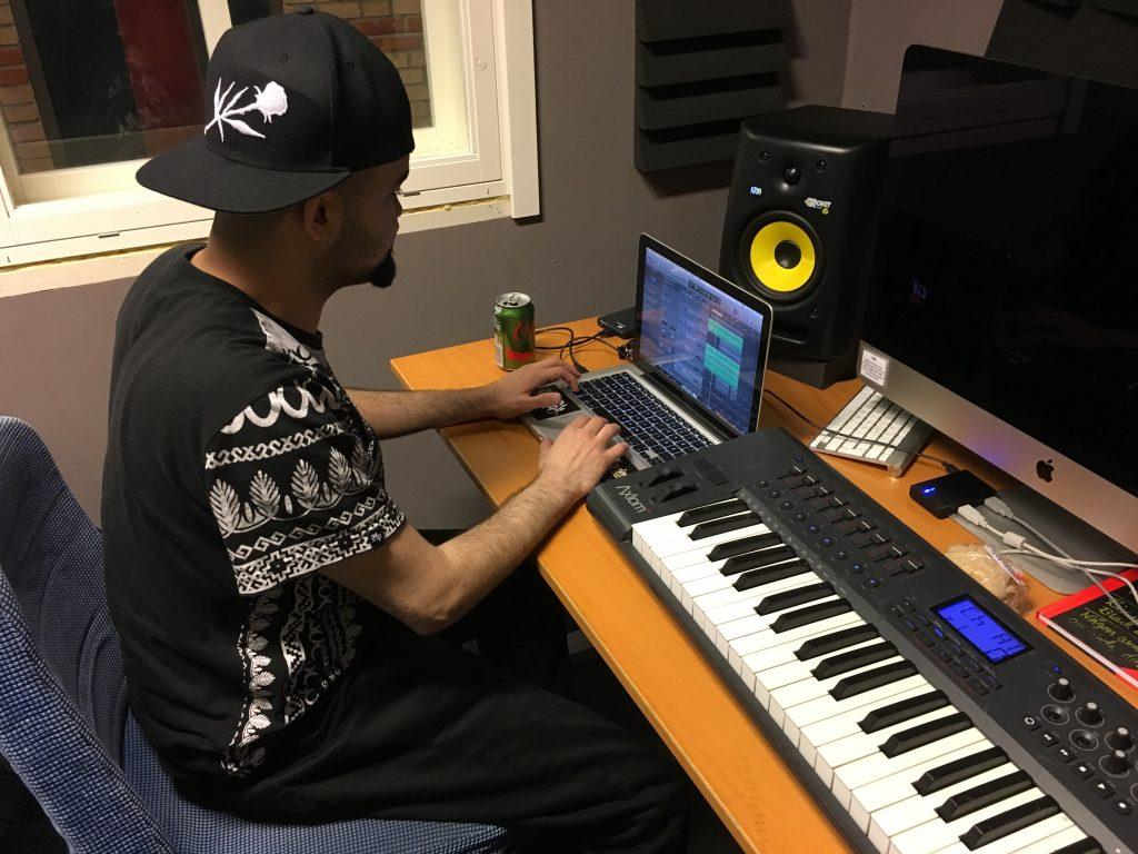 """Omar Naffah känd under artistnamnet """"Naffsaid"""" jobbar hårt i studion. Läser låtskrivarlinjen på Eslövs Folkhögskola."""
