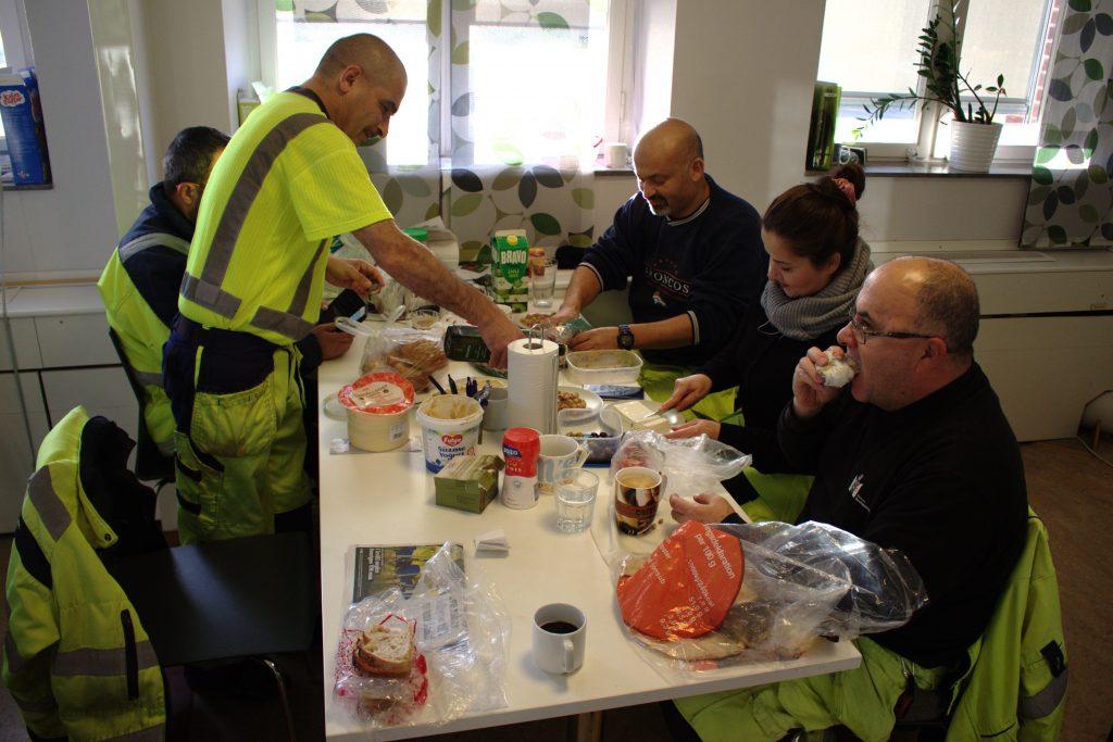 Vid lunchbordet bjuder Ali Fayad (stående) på hummus. Någon annan har foul, en palestinsk bönröra, och tunt bröd skickas runt så att alla får. Ansikten som vid morgonmötet innan solens uppgång var sammanbitna har fått färg och spruckit upp i leenden. Vid bordet sitter Omar Elali (bakom Ali), Samir Chemoli, Rim Aldehni och Hisham Al Khafib.