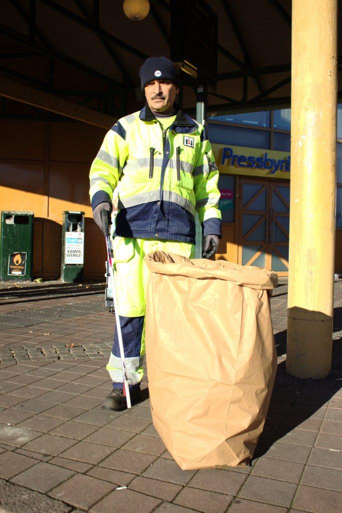 Skräpplockningen är ett jobb utan slut eftersom det ständigt kommer mer. Ali Fayad har inga problem att fylla sina sopsäckar.