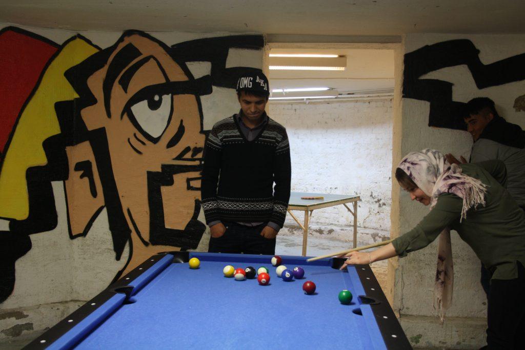 Ali Fatahi och Elham Ahmadi spelar biljard på mötesplats Otto.
