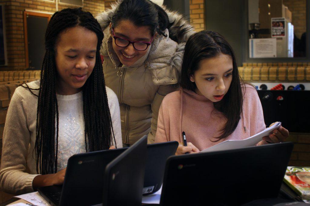 Maria Jonsson, Madina Jalali och Isabella Horndrup sitter i uppehållsrummet och gör korsord på en inställd engelskalektion. Madina visar seriebloggen hon precis har startat.