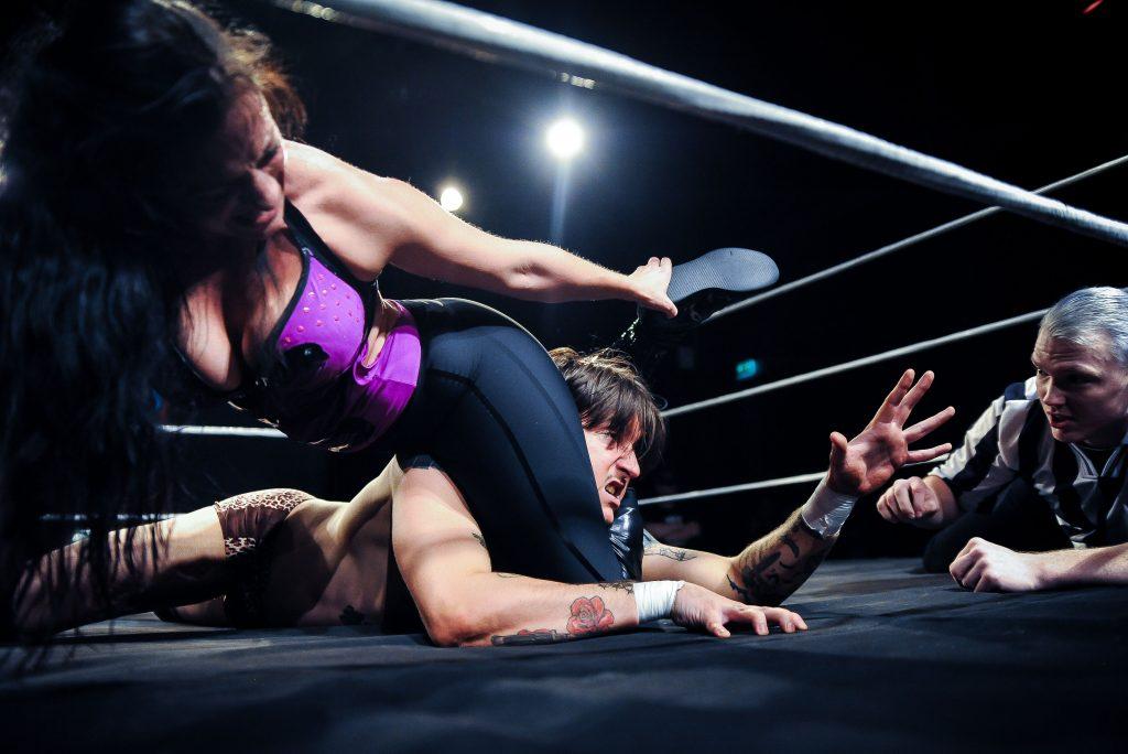 Wrestlarna Sixt och Cliff Pettersson. Foto: Michael Rübsamen