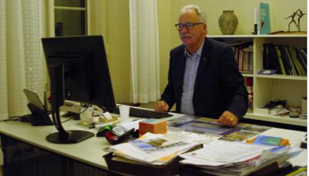 """Drygt tio timmar efter att han kom till jobbet avslutas dagens sista möte. Då ställer sig Kent Mårtensson bakom skrivbordet och """"ska bara…"""" innan han avslutar sin arbetsdag."""