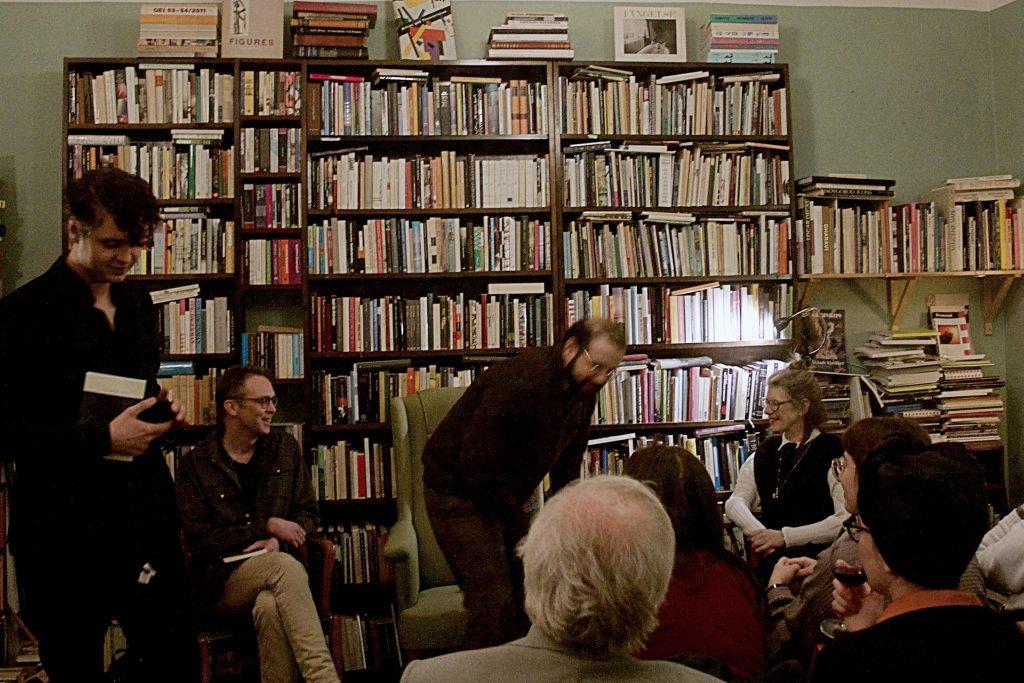 Ägare till Östervärns Antikvariat och Bokhandel- Anti Kettil Kasang presenterar kvällens samtal med poeten Lisa Robertson(till höger), Matthew Rana(mitten), och Niclas Nilsson.