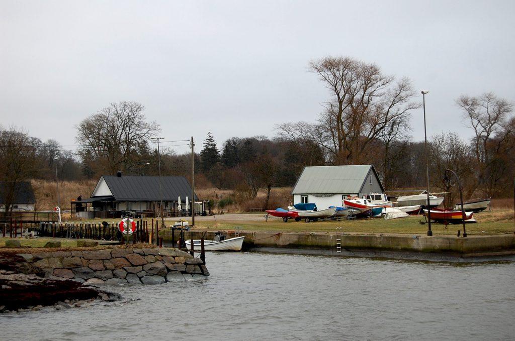 Idag finns ett 30-tal båtplatser för privatpersoner som tycker om att lägga nät och vara ute på havet.