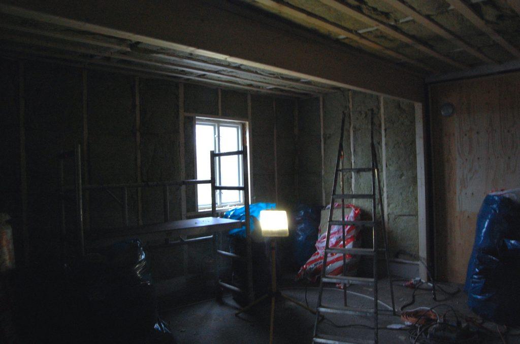 Taket är isolerat, regelverk byggt på väggarna och väggarna så klart som färdigisolerade.