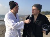 Skurupspostens reportrar Robert Olsson och Joakim Forsell testar på hur det är att vinterbada på Mossbystrand.