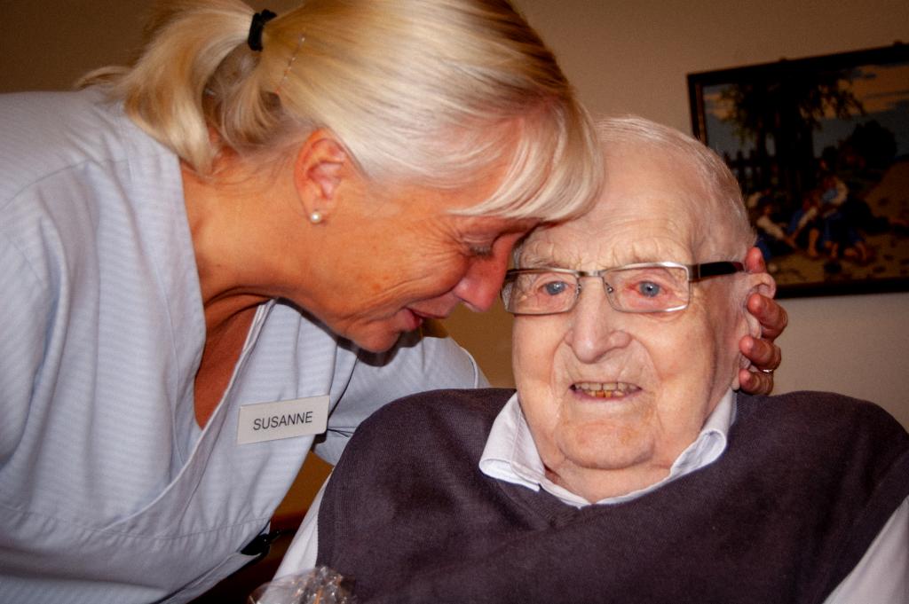 Alve blir ompysslad av undersköterskan Susanne Nilsson. Foto: Pia-Marie Wehrling
