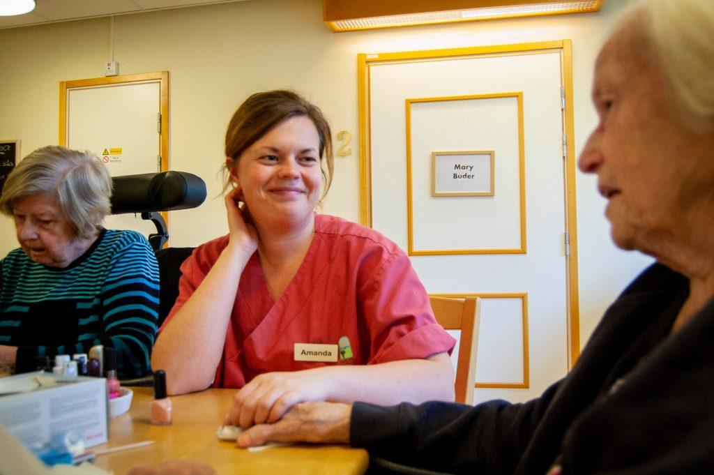 Undersköterska Amanda Anderson ger Mia Nilsson manikyr och en pratstund. Foto: Pia-Marie Wehrling