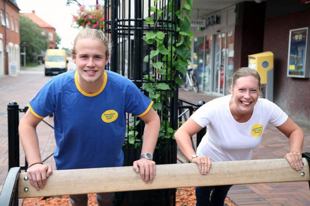 Filip Klang och Maria Dorsin iklädda en av turistbyråns storsäljare.