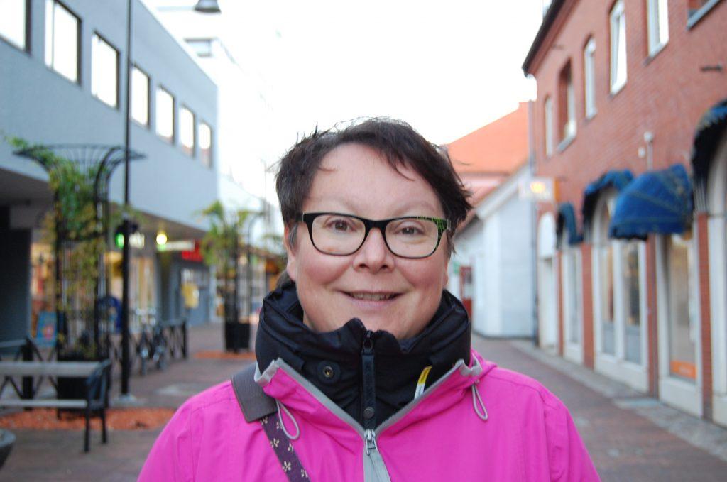 Namn: Ann Andersson Ålder: 51 För mig känns det väldigt negativt. Det är tråkigt om vi ger intrycket av att vara en liten stad som främjar Nordfront. Jag tycker tatueraren har varit tydlig och gått helt rätt väg och vågat gå ut i media med det och anmäla det. Om det är personligt är det allvarligt.