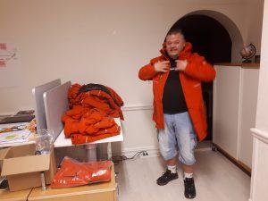 Torbjörn Larsson provar jackor inför kvällens vandring. Foto: Frida Ingemarsson