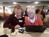 Kommunens trafikingenjör Jakob Fritz lär ut om appar. Foto: Frida Ingemarsson