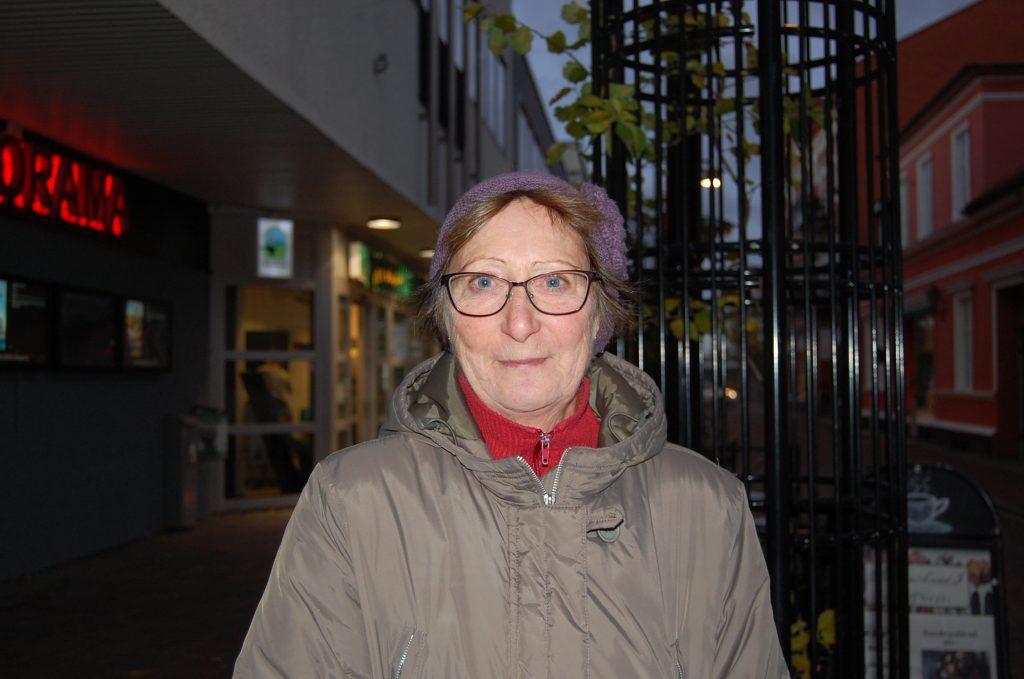 Namn: Maj-Britt Jönsson Ålder: 67 Det är inte bra, det tycker jag absolut inte. Det ger ett fientligt intryck av staden. Det vill jag inte. De som sätter upp dem vill ju såklart påverka i en viss riktning. Jag klarar inte av rasism, alla är lika värda. Jag vill inte se sånt här.