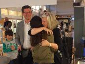 Lena Axelsson kramar om en av barnen, när hon lämnar över present.