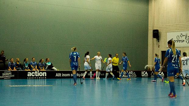 Munka-Ljungby firar ett av sina sju mål i matchen.