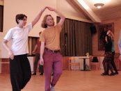 Eleverna turas om att spela medan de andra dansar till tonerna.