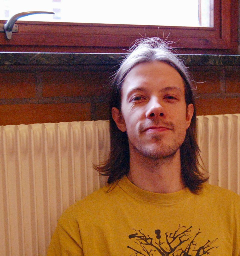 Morten Vesterguard både dansar och spelar instrument