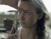 """Elle Marja frågar upprepade gånger """"vad gör ni?"""" utan svar, när den okända mannen börjar mäta hennes ansikte och huvud.  Bild: Sophia Olsson, Nordisk Film"""
