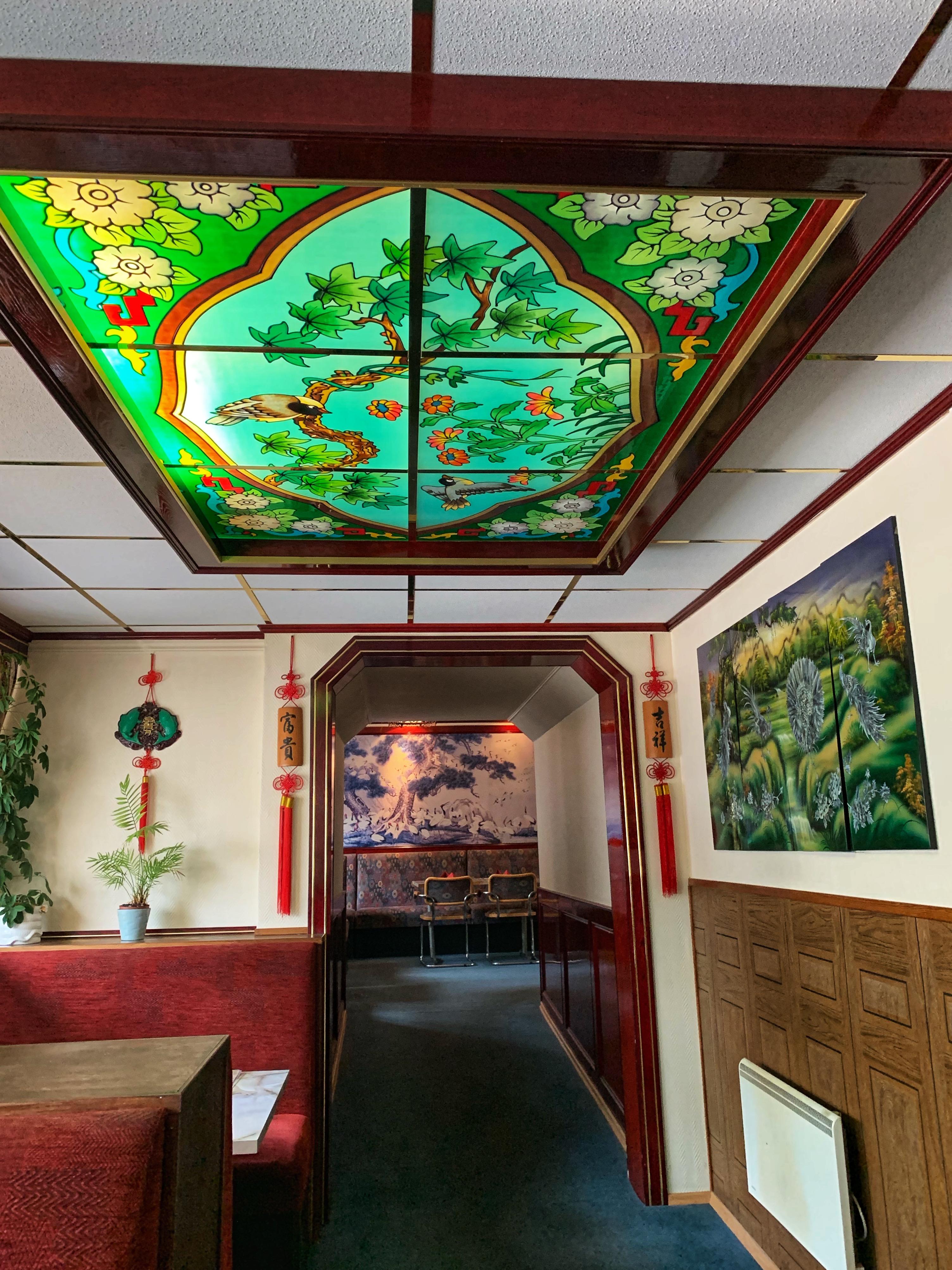 Konst på väggar och tak samt växter piggar upp