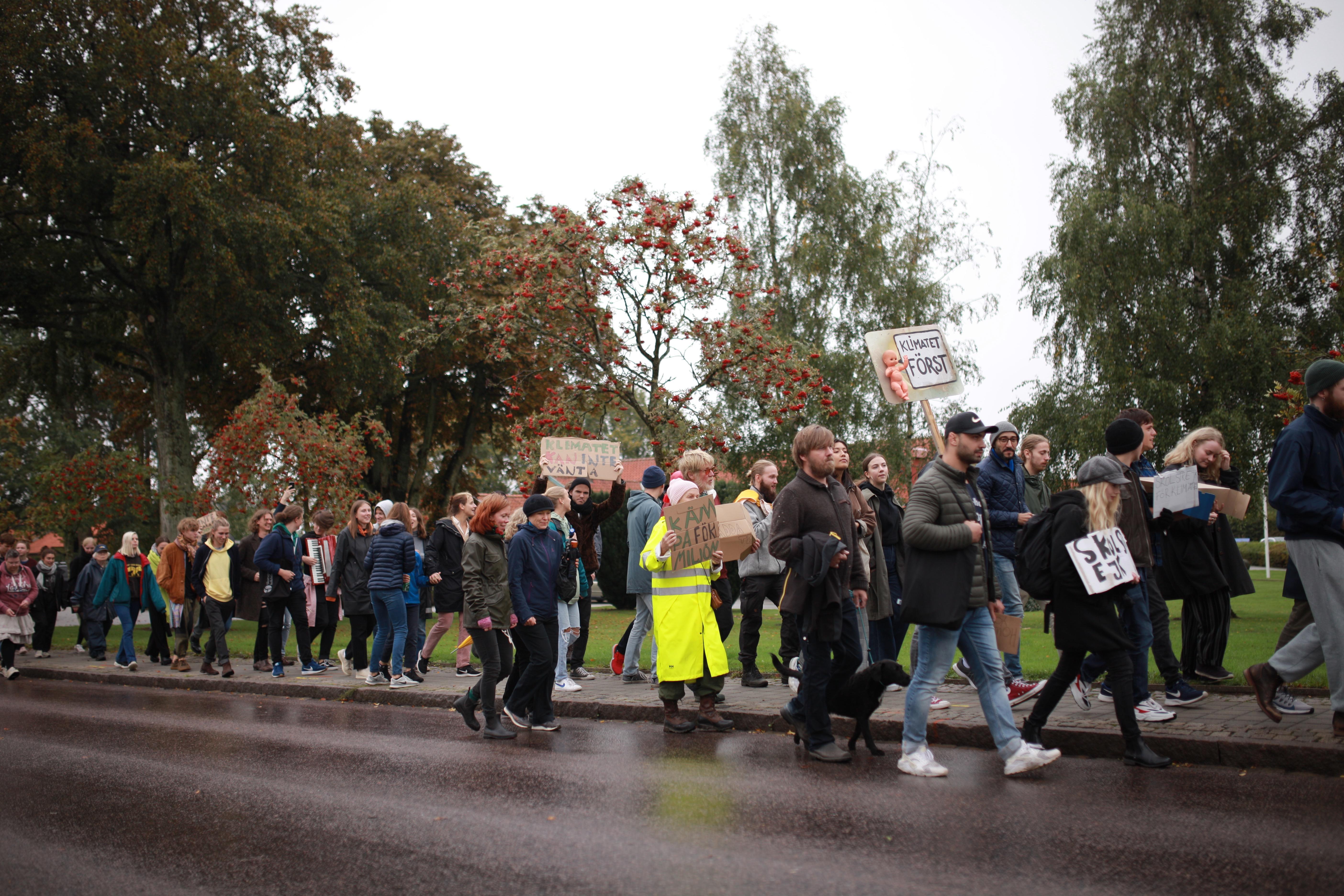 Deltagare vid Skurups folkhögskola och Skurupsbor marscherar mot kommunhuset.