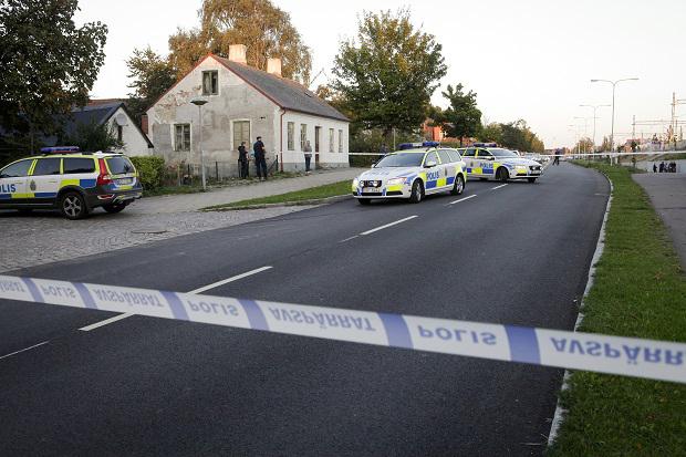 SKURUP 2014-10-04 Polisens avspärrningar i centrala Skurup i Skåne, där en yngre man misshandlades till på lördagseftermiddagen, enligt polisen. Ett larm om en pågående misshandel utomhus kom in strax efter halv fem och en kvart senare kunde den första polispatrullen på platsen konstatera att mannen var avliden. Enligt expressen.se har mannen dödats med en yxa. Foto: Drago Prvulovic / TT / Kod 70040